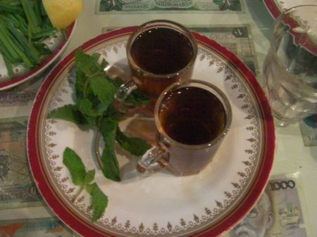 two cups of tea and fresh mint