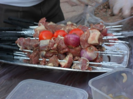 meat, tomatoes, onions on skewers