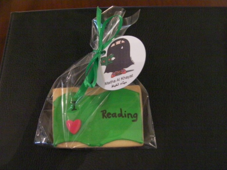 cookie that says I heart reading
