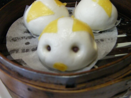 steamed buns made to look like pigs